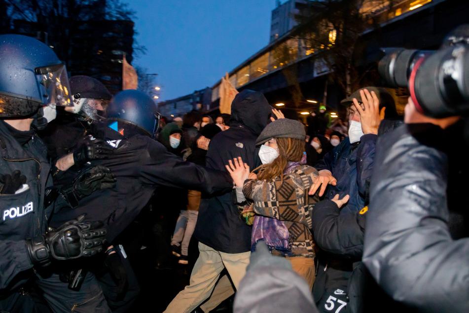 Am Kottbusser Tor kommt es zu Auseinandersetzungen zwischen Polizei und Demonstranten.