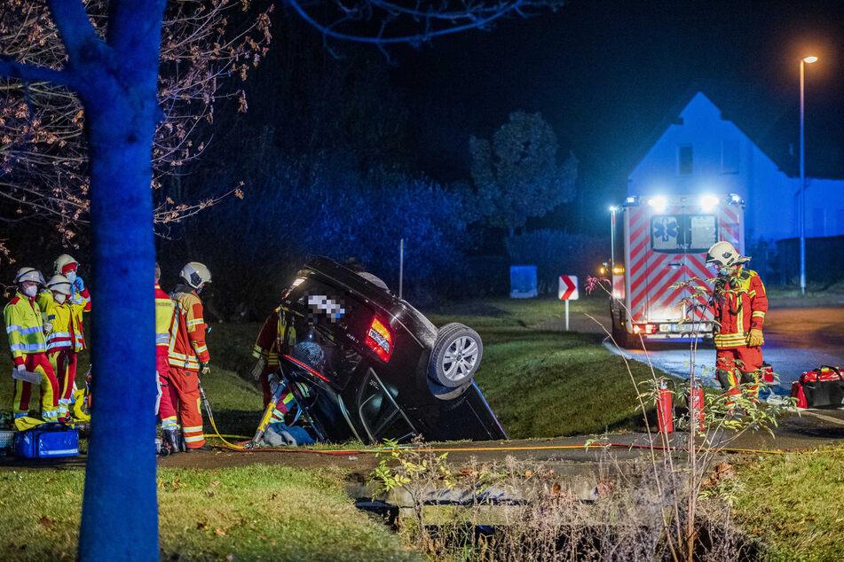 Ein Mercedes kam am Freitagabend von einer Straße in Erfurt ab. Das Auto rutschte in einen Straßengraben und überschlug sich dabei. Ein 25-Jähriger starb noch an der Unfallstelle.