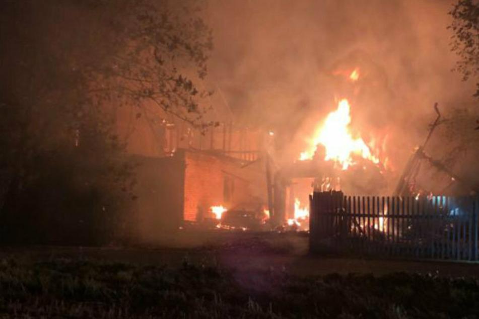 Meterhoch schlugen die Flammen. Sie griffen auch auf ein Einfamilienhaus und ein Nebengebäude über.