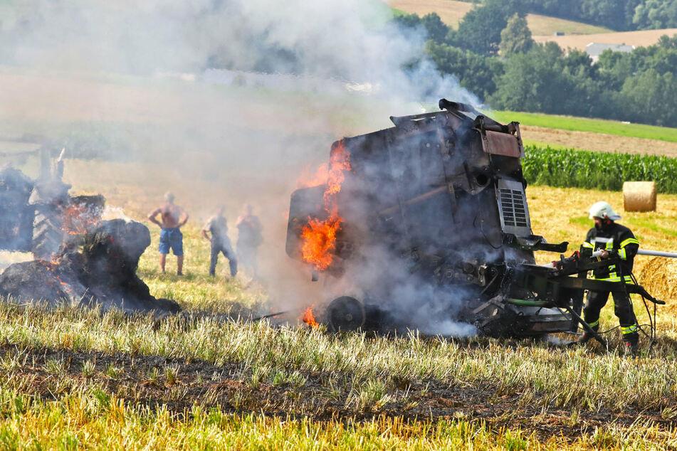 Auf einem Feld an der B173 brannte eine Rundballenpresse.