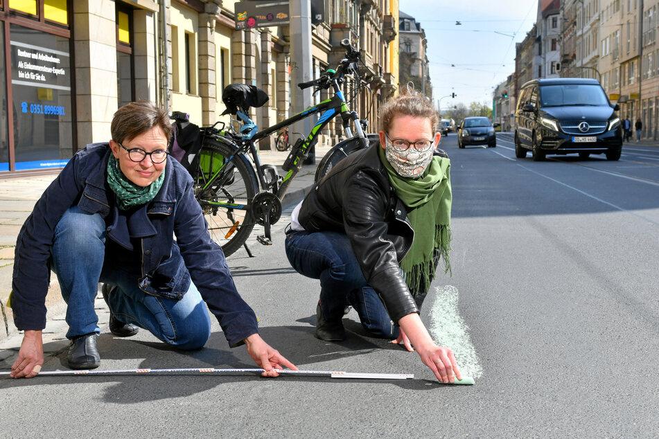 Ulrike Caspary (53, l.) und Susanne Krause (37, beide Grüne) malen auf der Bautzner Straße einen provisorischen Radweg auf.