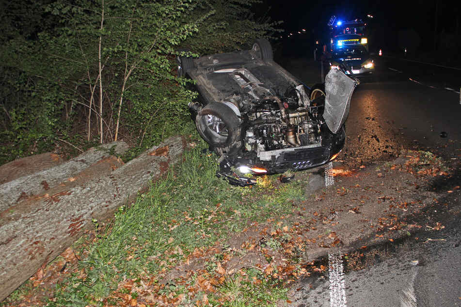 Der Audi hatte sich nach der Kollision mit gefällten Bäumen überschlagen.