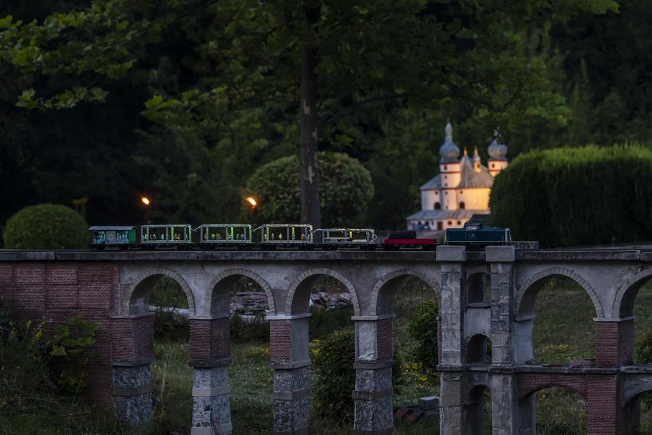 Der Disco-Zug tuckert in der Miniwelt Lichtenstein über die Göltzschtalbrücke.
