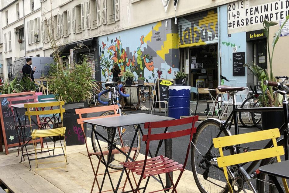 Eine Restaurant-Terrasse in der Rue Bichat im 10. Pariser Arrondissement. Seit der Corona-Pandemie ist ganz Paris wie ein einziges Freiluft-Café - mit XXL-Terrassen.