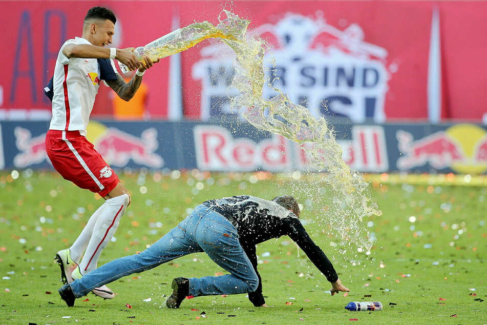 Legendär, wenn auch schmerzhaft: Nach dem geglückten Bundesliga-Aufstieg 2016 zieht sich Trainer Ralf Rangnick bei der Flucht vor Davie Selke (l.) einen Muskelfaserriss im Oberschenkel zu und stürzt zu Boden.