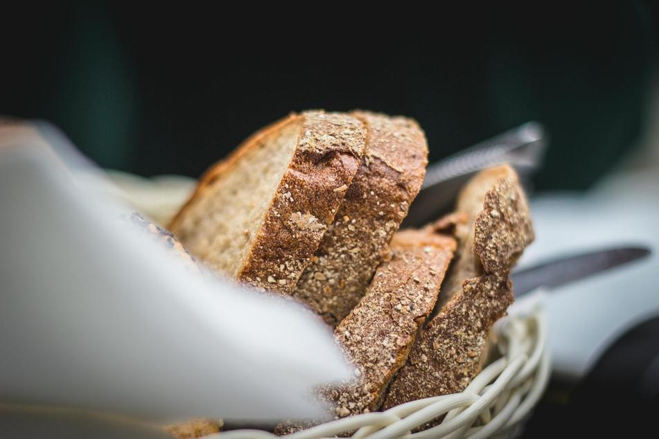 Altes Brot lässt sich mit einem einfachen Trick etwas auffrischen.