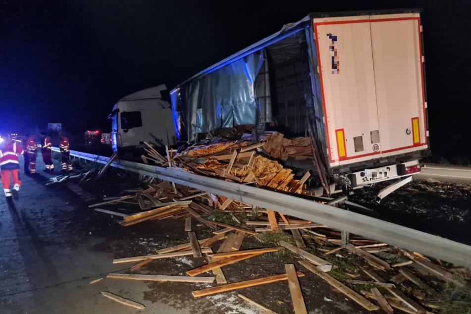 Mehrere Tonnen Holzpaletten wurden auf der Fahrbahn verteilt.