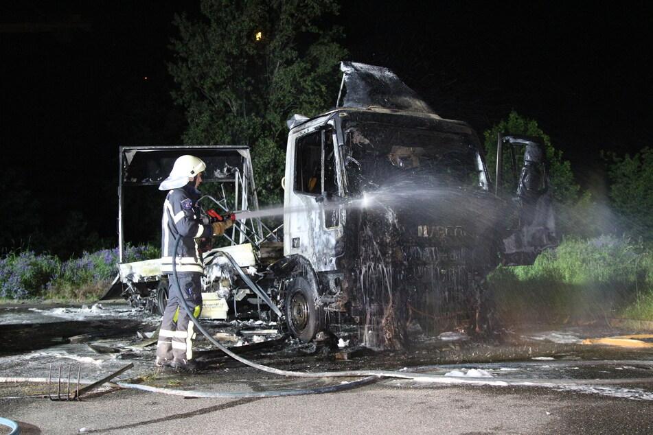 In der Sylter Straße brannte ein Lkw bis aufs Grundgerüst aus.