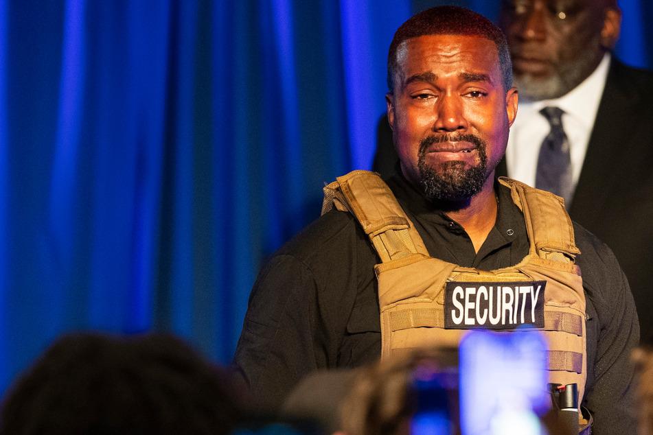 Der erste öffentliche Wahlkampfauftritt und schon bricht Kanye West (43) in Tränen aus.