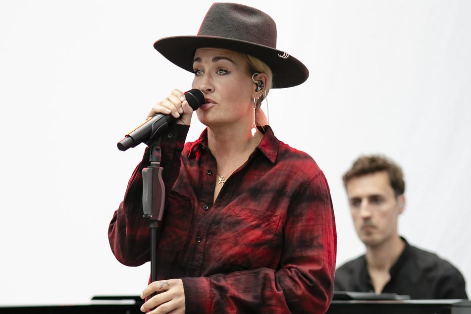 Popsängerin Sarah Connor singt während der Eröffnung des Neubaus am Universitätsklinikum Schleswig-Holstein (UKSH).