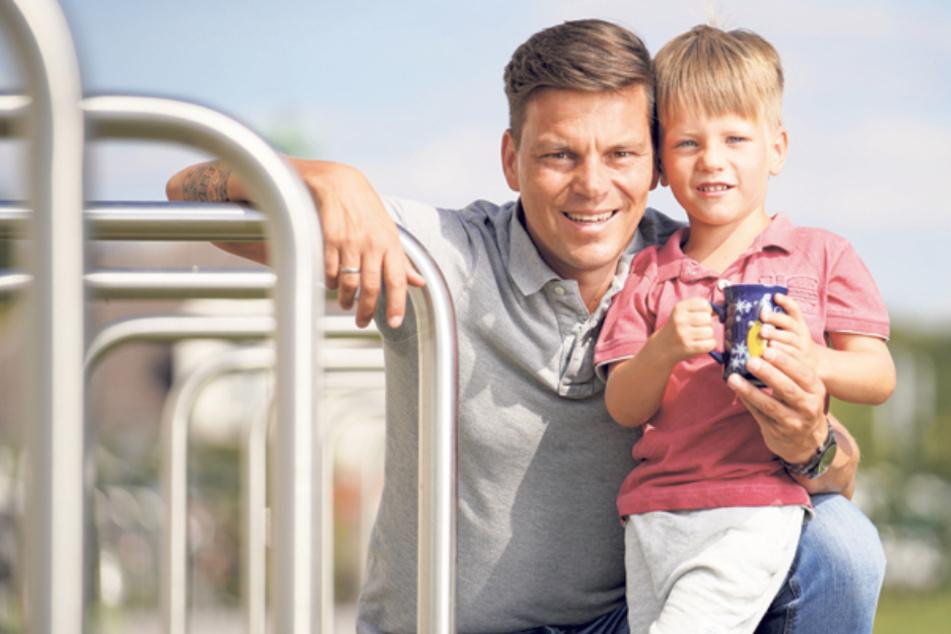 Papa Hagen Stieglitz ist total stolz, dass sein Sohn Fabio die neuen Weihnachtsmarkt-Tassen ziert.