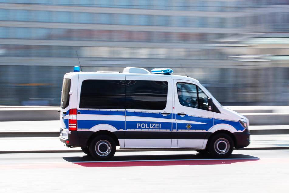Ein Polizeiauto fährt mit hoher Geschwindigkeit über den Altmarkt zu einem Einsatz. (Symbolbild)