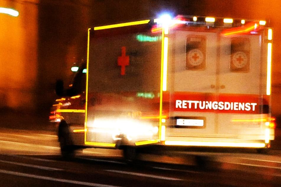 Die alarmierten Rettungskräfte konnte das Leben der in Bayern von einem Güterzug erfassten Frau nicht mehr retten. (Symbolbild)