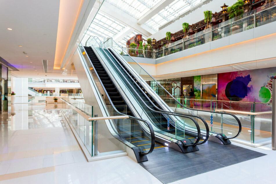 Der Junge balancierte auf dem Handlauf der Rolltreppe eines Einkaufszentrums und stürzte zwölf Meter in die Tiefe. (Symbolbild)