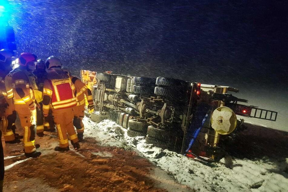 Unfall wegen Neuschnee? Winterdienst-Fahrzeug landet im Graben