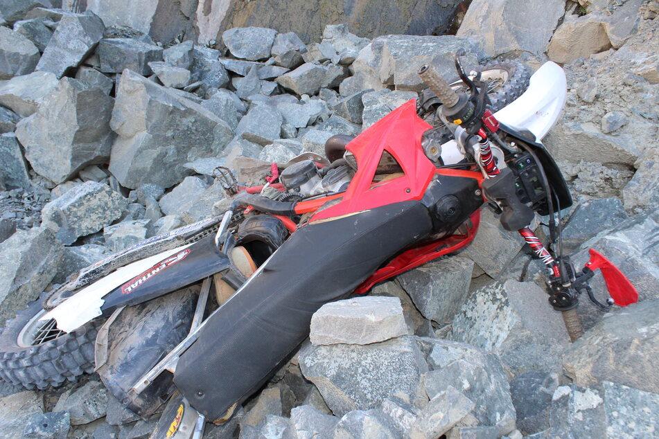 16-Jähriger fährt mit Motocross-Bike in Steinbruch und stürzt 25 Meter in die Tiefe