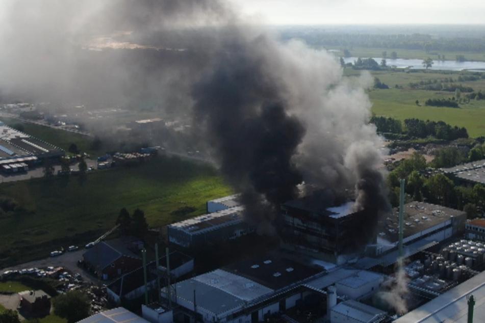 Dunkler Rauch über der Elbe: Feuer in Chemiefabrik ausgebrochen