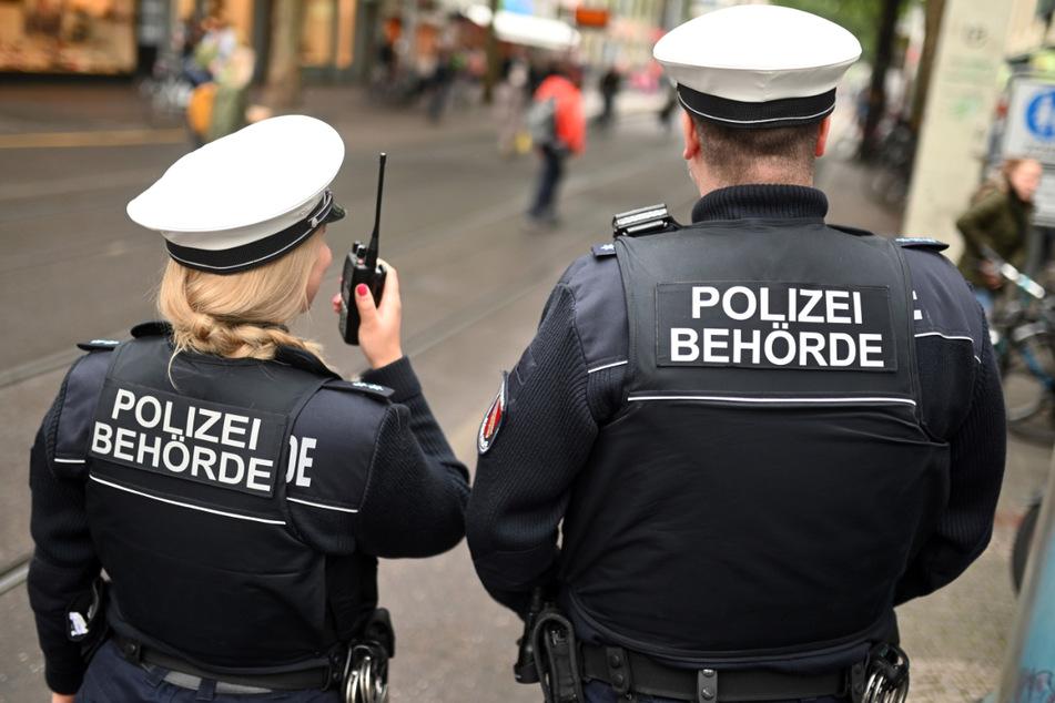 Stuttgart: Mitarbeiter der Polizeibehörde beim Kommunalen Ordnungsdienst (KOD) stehen in der Fußgängerzone. Die Menschen im Südwesten haben gelernt mit den Corona-Regeln zu leben. Trotz weiterhin zahlreicher Kontrollen sinkt die Zahl der Verstöße.
