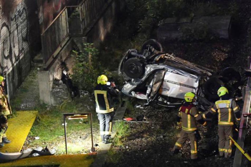Unfall A100: Auto stürzt von der A100 zehn Meter in die Tiefe und kracht auf eine Bahnanlage