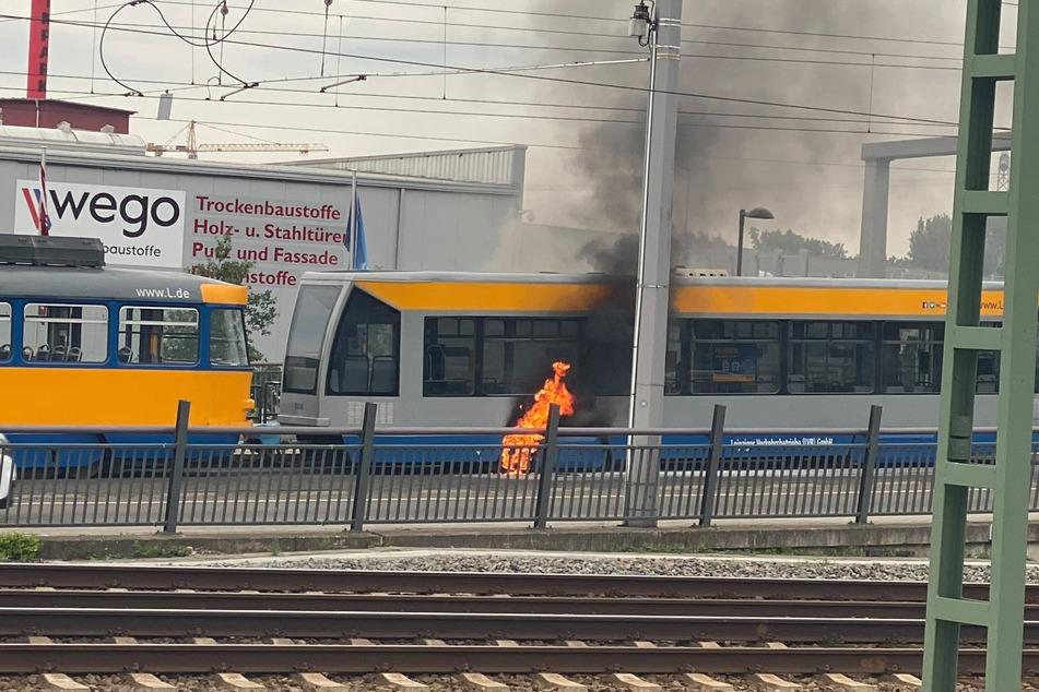 Leipziger Straßenbahn fängt während der Fahrt Feuer