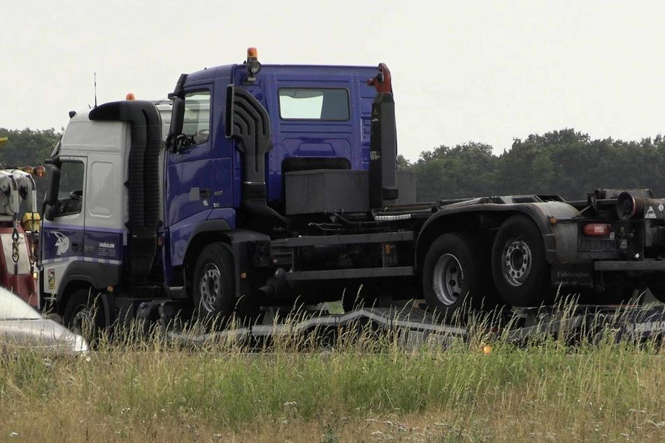 Der beschädigte Sattelzug steht auf der Autobahn 1 zwischen Lohne (Oldenburg) und Holdorf im Landkreis Vechta.