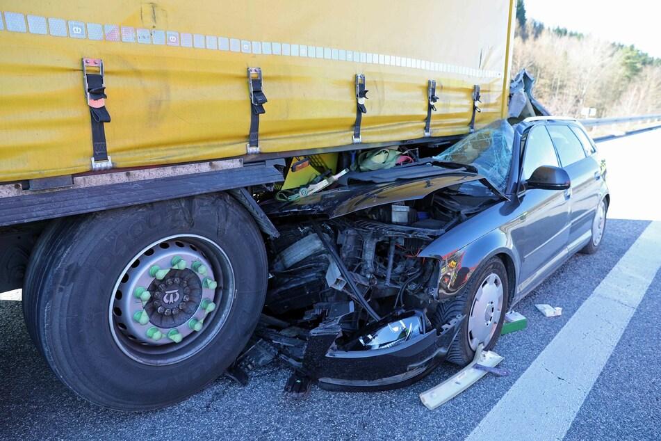 Die Vorderseite des Autos wurde bei dem Unfall komplett zerstört, die beiden Insassen schwer verletzt.