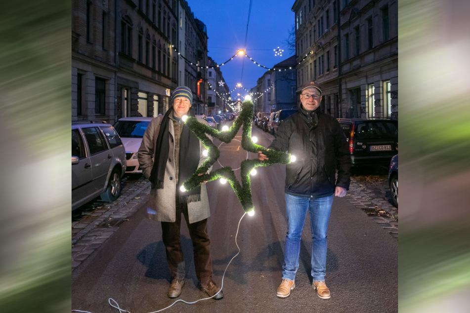 Torsten Wiesener (49, l.) und Jan Frintert (47) vom Gewerbe- und Kunstverein lassen seit 30 Jahren die Äußere Neustadt aufleuchten.
