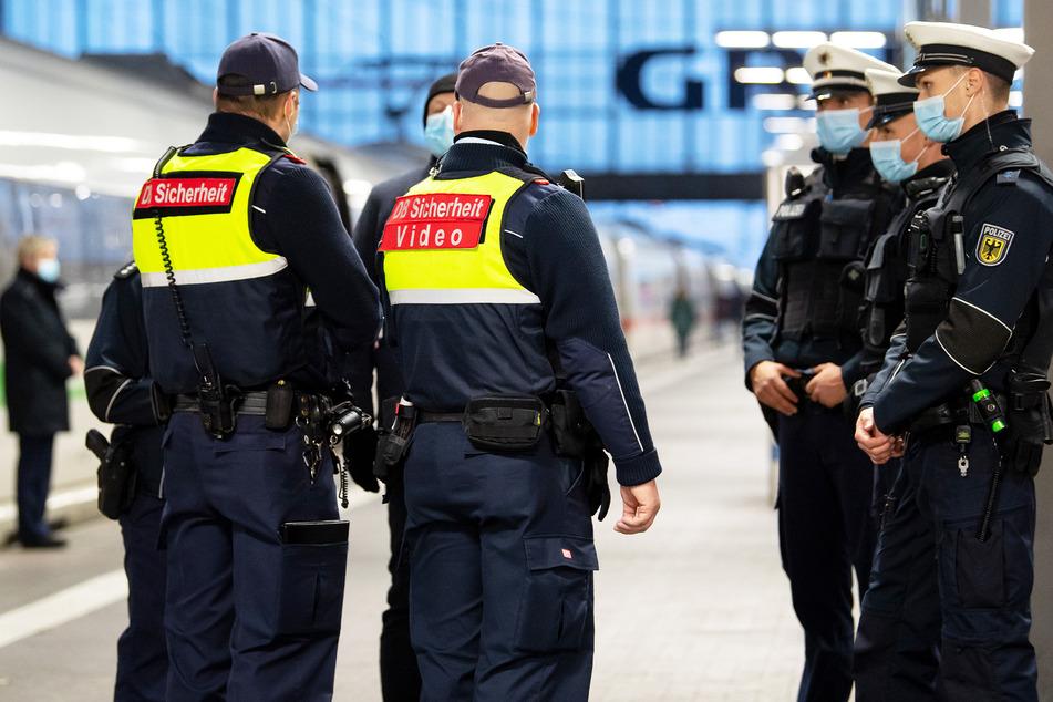 Sicherheitsmitarbeiter der Deutsche Bahn kontrollieren zusammen mit Polizisten der Bundespolizei die Einhaltung der Maskenpflicht am Münchner Hauptbahnhof.