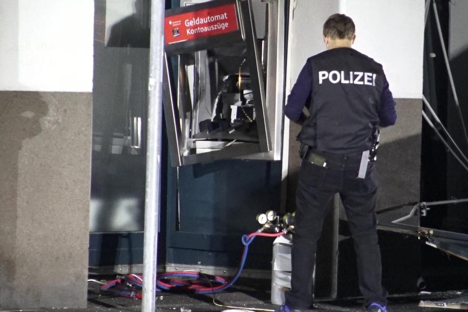 Ein Polizist am Tatort: An der Ellerstraße wurde ein Bankautomat gesprengt, die Täter flüchteten.
