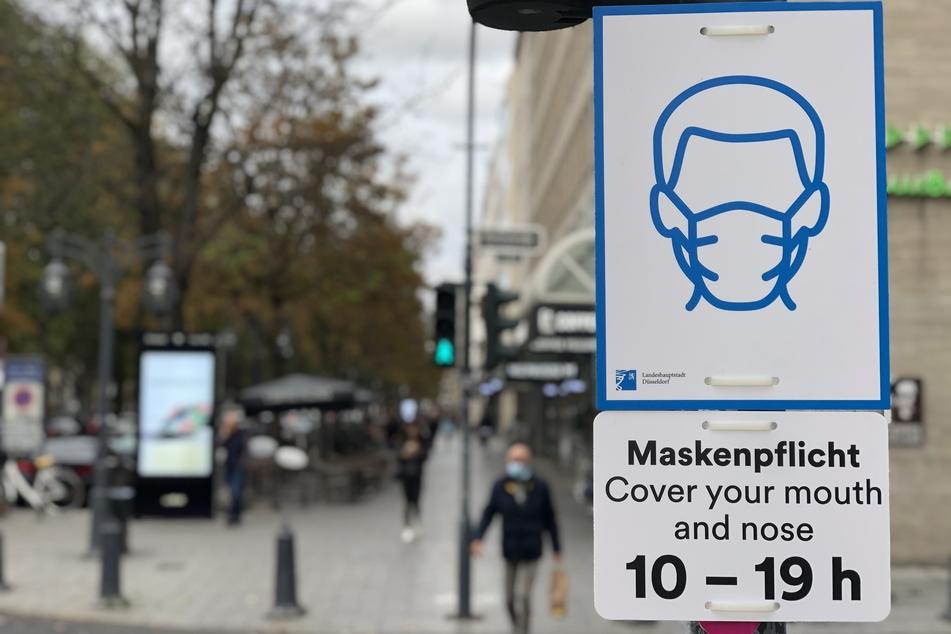Die Landeshauptstadt Düsseldorf lässt seit Dienstag wegen Corona an rund 600 Standorten Hinweisschilder für eine Maskenpflicht an öffentlichen Orten anbringen.