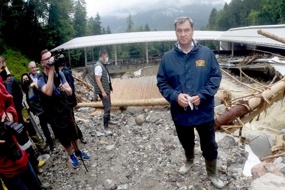 Bayerns Ministerpräsident Markus Söder (54) steht bei der durch Unwetter zerstörten Bob- und Rodelbahn am Königssee.