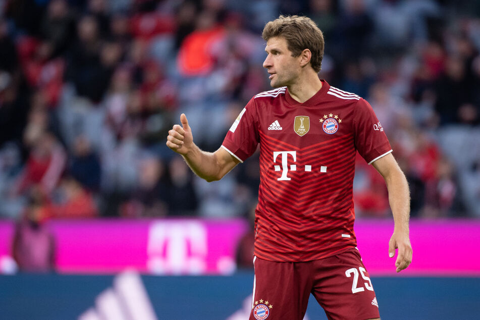 """Thomas Müller (32) weiß zumindest, wo er das Champions-League-Spiel des FC Bayern gegen den FC Barcelona anschaut. Auf dem Feld im """"Camp Nou""""."""