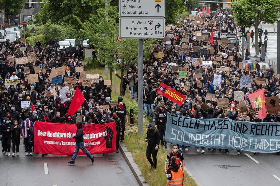 Tausende demonstrieren durch Stuttgarts Innenstadt.