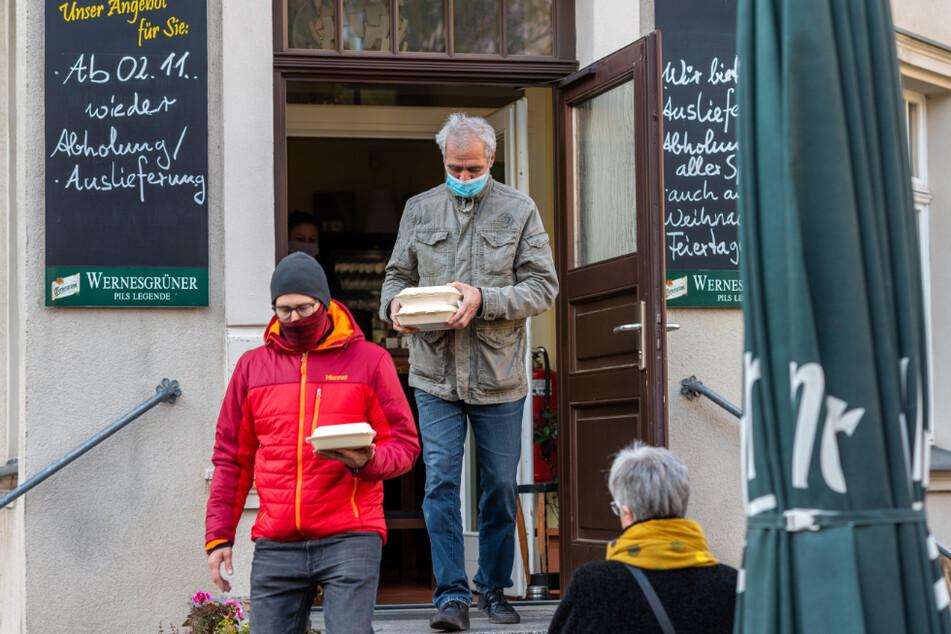 """Stammkunde Andreas Nitzschke (61, r.) und sein Sohn David Kantelberg (34) holten sich ihr Mittagessen bei """"Ronny's Restaurant"""" ab."""