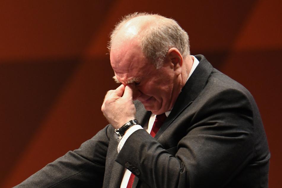 Uli Hoeneß (68),Ehrenpräsident des FC Bayern München, fordert eine längere Aussetzung der Fußballspiele. (Archivbild)
