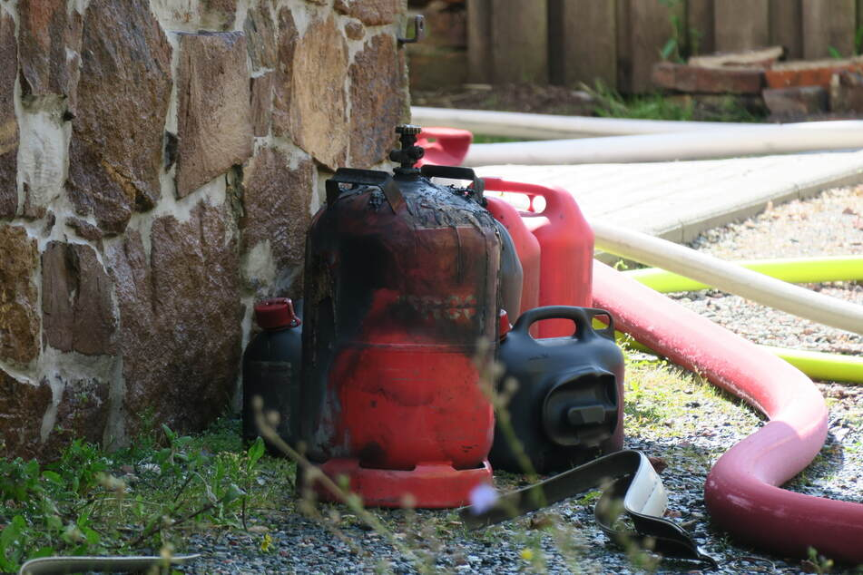 In der Wohnung wurden mehrere Benzin- und Gaskanister gefunden.