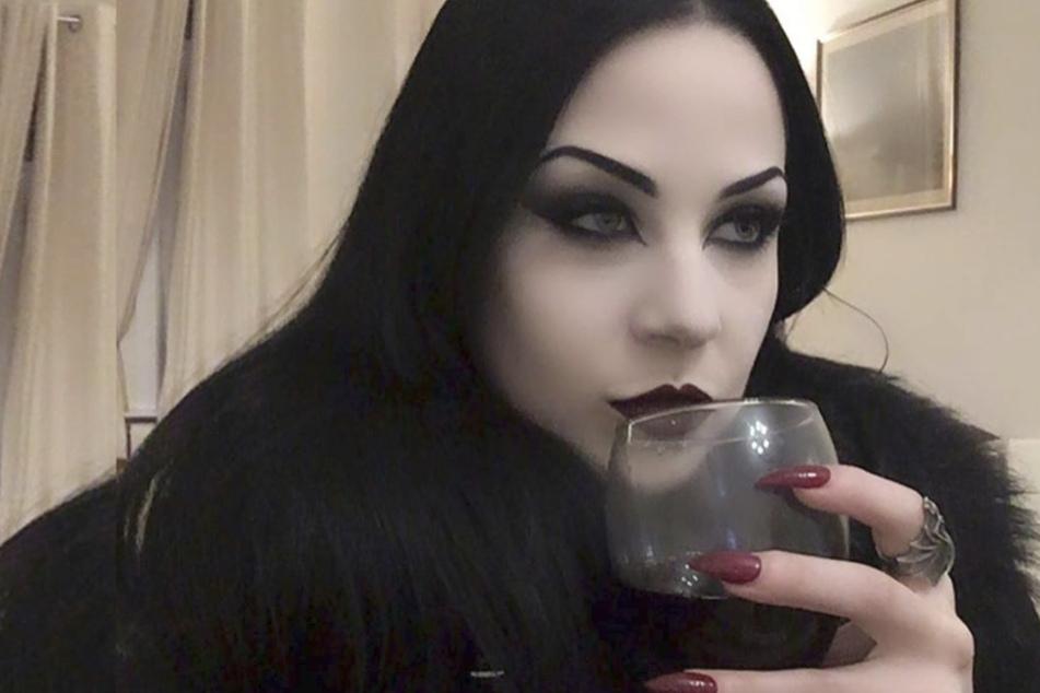 Frau trinkt gern Menschenblut, weil sie glaubt, ein Vampir zu sein