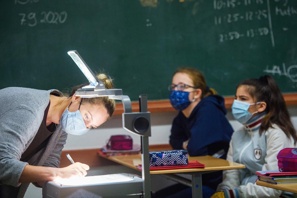 Maskenpflicht gilt in den ersten beiden Wochen und bei einer stabilen Inzidenz ab 35. Ausgenommen sind Grund- und Förderschüler.