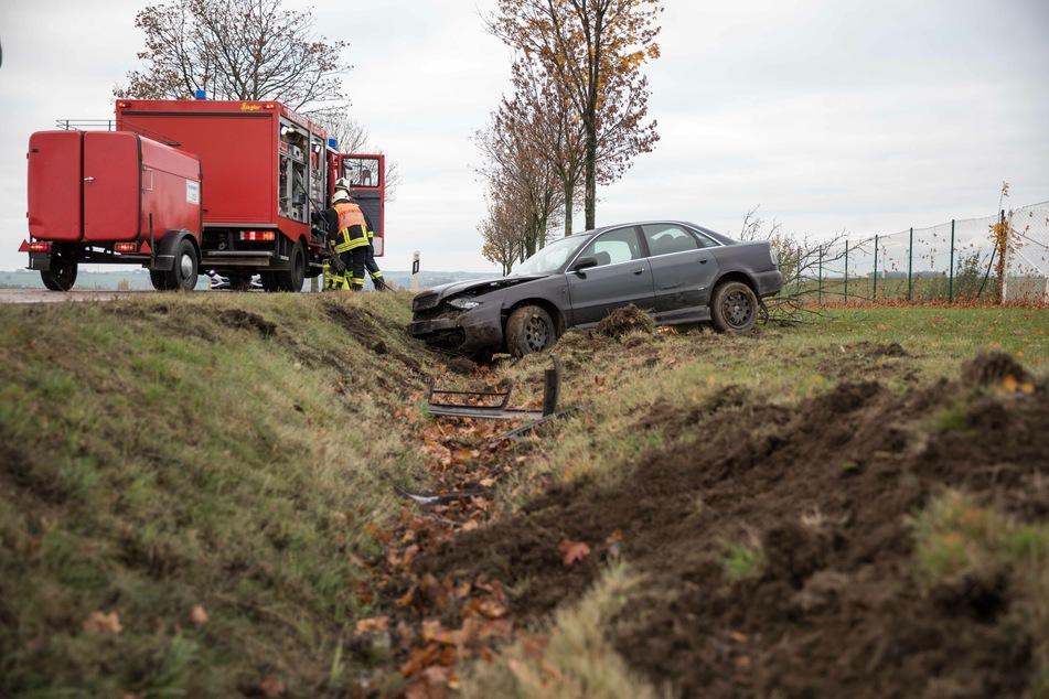 Audi kracht gegen Baum: 21-Jähriger schwer verletzt