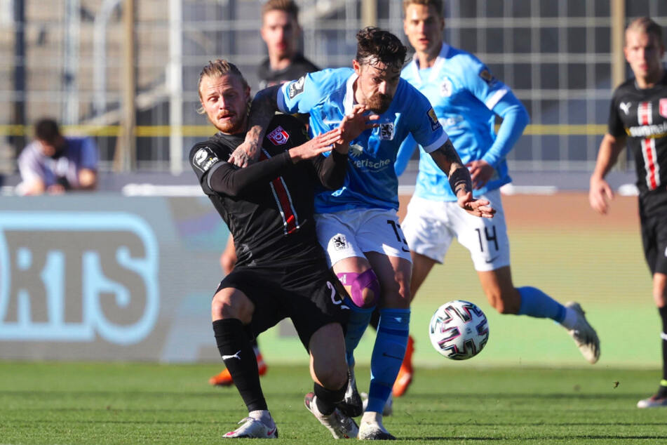 So kennen ihn auch die Dynamo-Fans: Dennis Erdmann (r.) zieht gegen den Hallenser Marcel Titsch Rivero voll durch. 1860 gewann das Duell gegen den HFC in der Vorwoche mit 6:1.