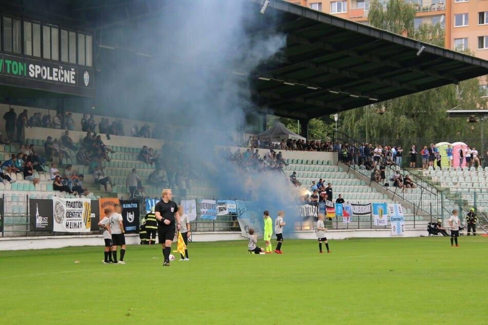 Mitgereiste CFC-Anhänger zündelten im Stadion von Most, in der Stadt fielen einige von ihnen dann noch mit rechtsradikalen Parolen auf.