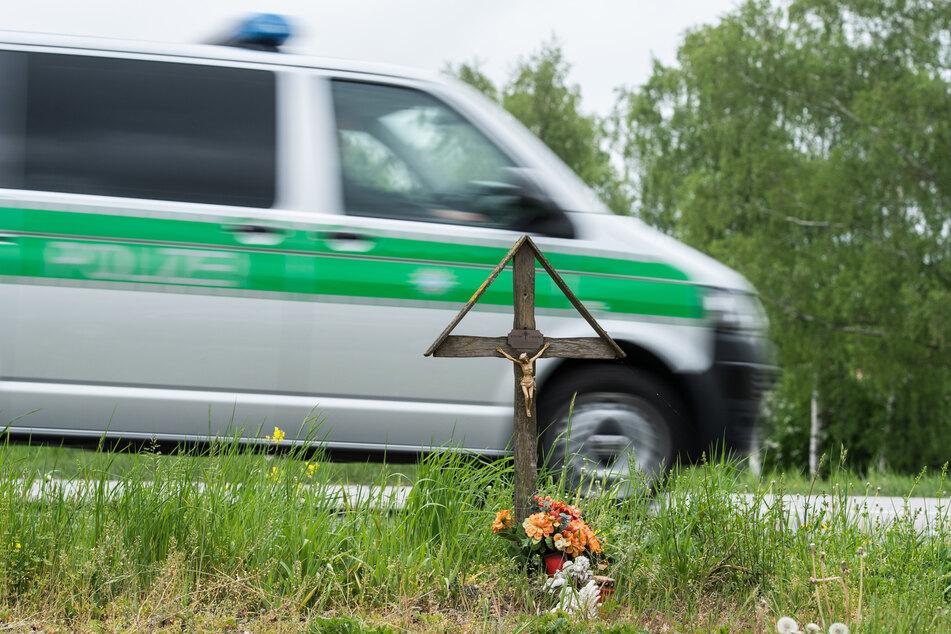 Was war die Ursache? Mann fährt in Straßengraben und stirbt im Krankenhaus