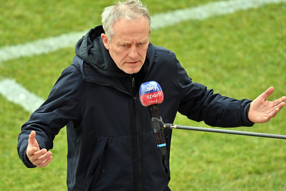 Rot-Grün-Schwäche? Dann wird eben das Trikot getauscht. Freiburg-Coach Christian Streich (55) erklärt den Wechsel der Spielfarben.