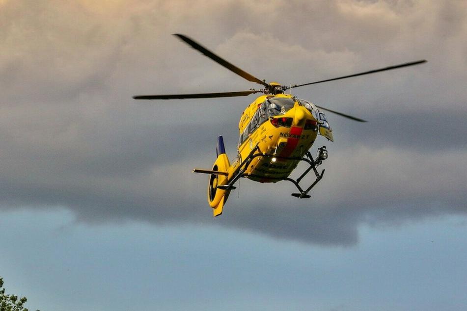 Mit einem Hubschrauber wurde die 47-Jährige in ein Krankenhaus gebracht. (Symbolbild)