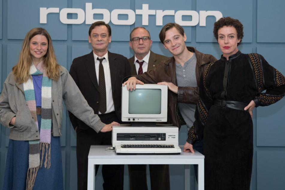 """v.l.n.r.: Die Schauspieler Svenja Jung (27), Sylvester Groth (62), Uwe Preuss (59), Jonas Nay (30) und Maria Schrader (54) bei Dreharbeiten zur Fernsehserie """"Deutschland 89""""."""