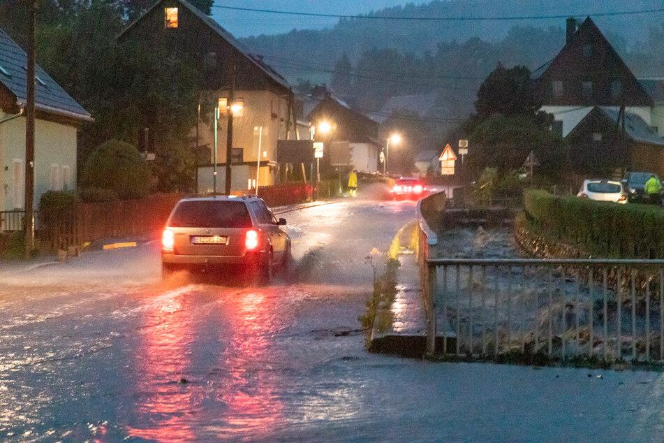 Schon in den letzten Tagen sorgten Unwetter in Sachsen für Überflutungen, wie hier in Jöhstadt im Erzgebirgskreis.