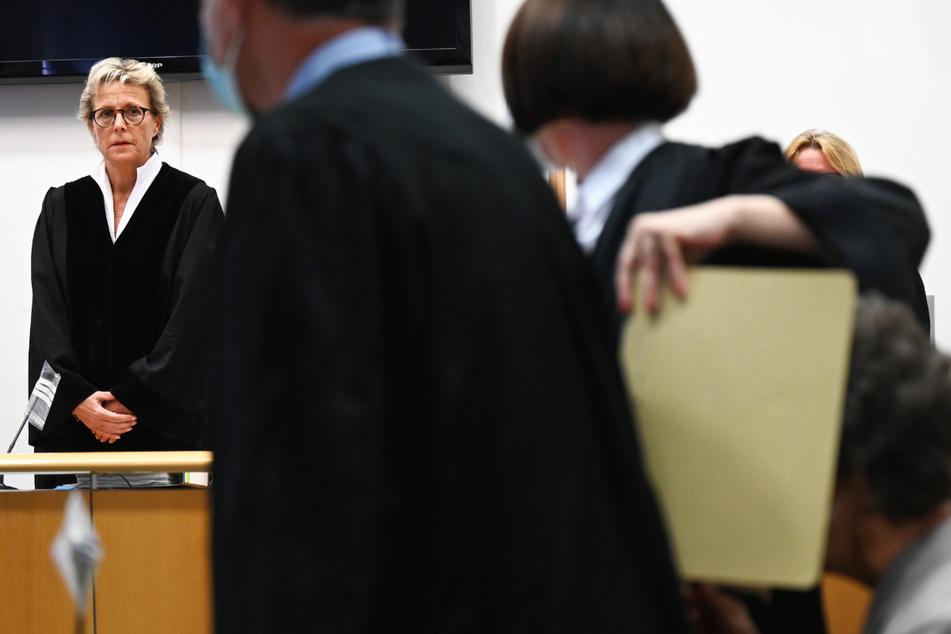 Susanne Wetzel (l.), Vorsitzende Richterin und Präsidentin am Landgericht Hanau, eröffnete am 14. September den Prozess gegen die 60-jährige Angeklagte (r.).