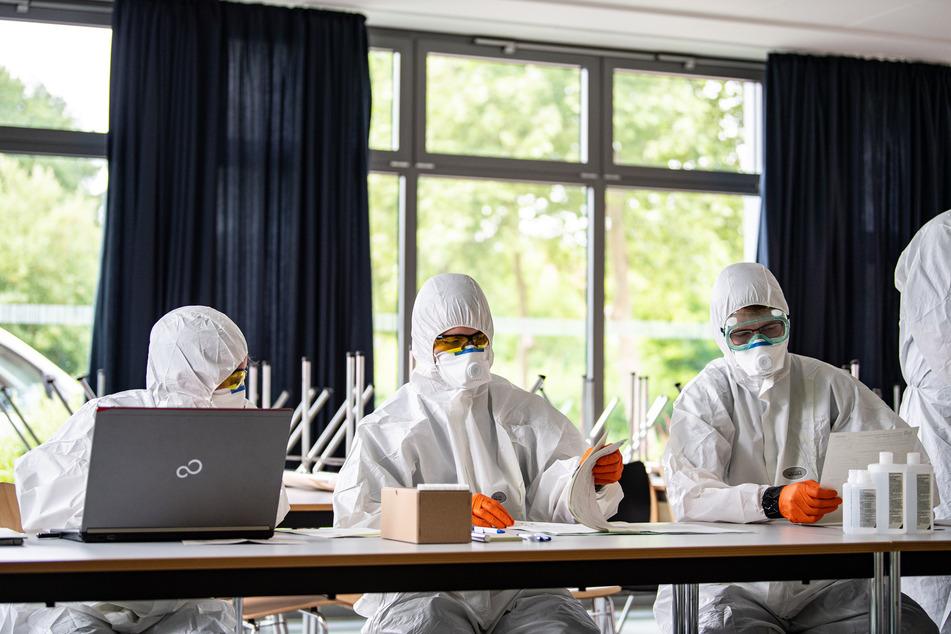 Mitarbeiter des Gesundheitsamts bereiten sich in den Räumlichkeiten der Hauptschule in Münster-Wolbeck vor, wo Schüler und Lehrer ab dem heutigen Mittwoch einem Corona-Test unterzogen werden.
