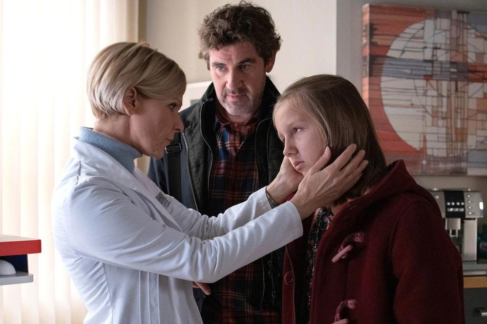 Hanna klagt über Bauchschmerzen. Kathrin bemerkt allerdings schnell, wie der Hase läuft.