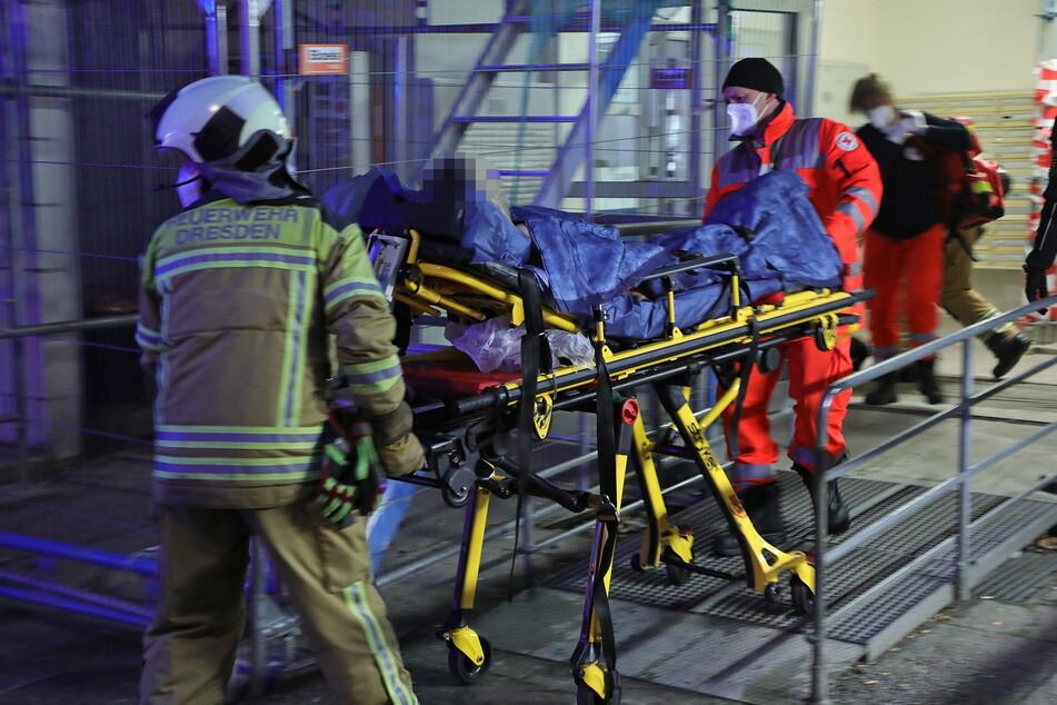 Der Rettungsdienst im Einsatz - hier gemeinsam mit der Feuerwehr bei einem Wohnungsband in Gorbitz.